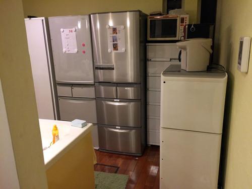 冷蔵庫は共用にするか、各部屋に置くか